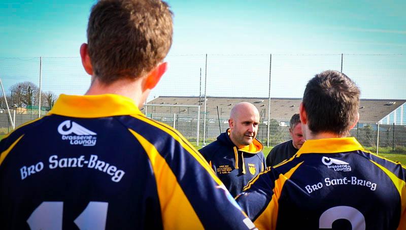 Le coach de Saint-Brieuc à la mi-temps avec ses joueurs