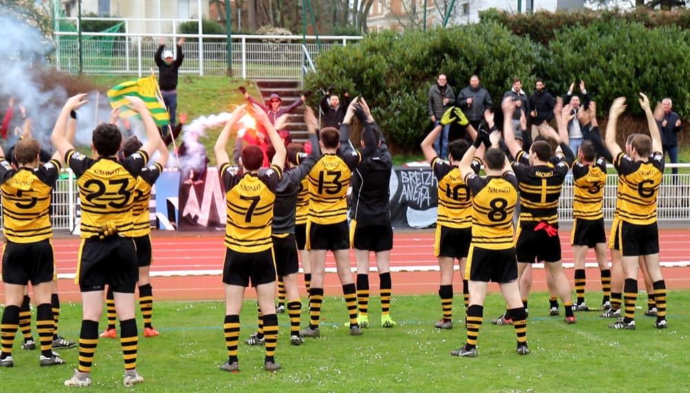 Nantes Football Gaélique avec son kop après la victoire face à Guérande